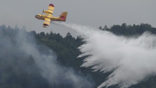 Un Canadair intervient, le 15 août 2019 dans l'Aude à Monze [RAYMOND ROIG / AFP/Archives]