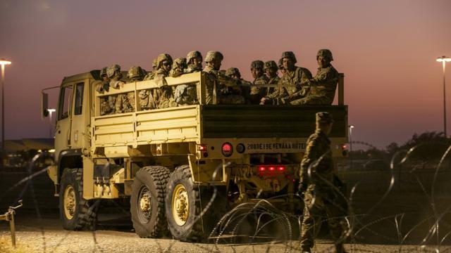 Des militaires américains près de la frontière mexicaine à Donna (Texas) le 6 novembre 2018.  [Andrew Cullen / AFP]