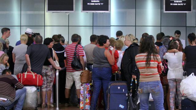 Des touristes attendent à l'aéroport de Charm El-Cheikh le 5 novembre 2015 [STR / AFP]