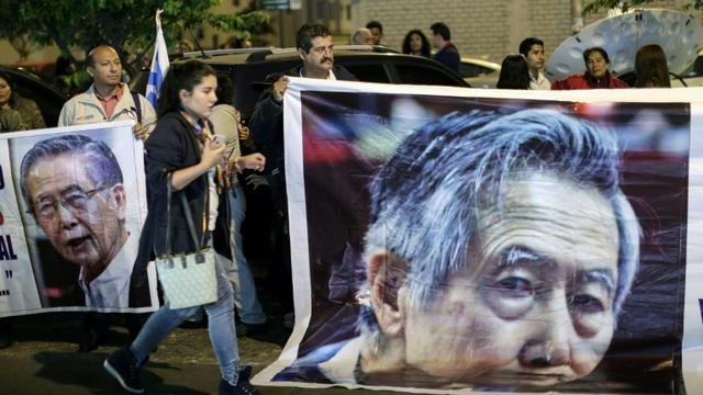 Des partisans d'Alberto Fujimori rassemblés devant la clinique où l'ancien président péruvien a été hospitalisé, le 3 octobre 2018 à Lima [Luka GONZALES / AFP/Archives]