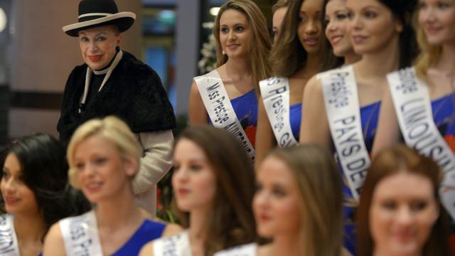 """Geneviève de Fontenay (G) et les concurrentes du concours de beauté """"Miss Prestige National 2015"""", le 8 janvier 2015 à Strasbourg [PATRICK HERTZOG / AFP/Archives]"""