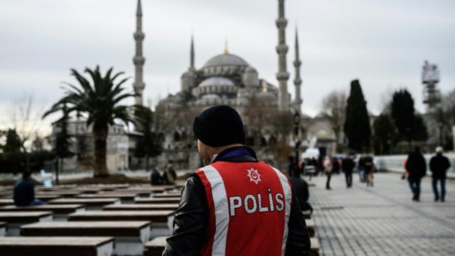 Un policier turc en faction dans le quartier touristique de Sultanahmet à Istanbul, le 15 janvier 2016 [OZAN KOSE / AFP/Archives]