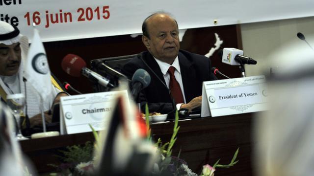 Le président du Yémen Abd Rabbo Mansour Hadi (d) à Jeddah en Arabie Saoudite, le 16 juin 2015 [- / AFP/Archives]