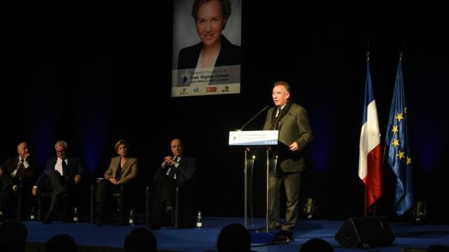 Le président du Modem Francois Bayrou (d) à un meeting LR aux côtés de  Dominique Bussereau, Jean-Pierre Raffarin, Virginie Calmels, candidate LR en Aquitaine-Limousin-Poitou-Charentes, et Alain Juppé (de g à d), le 28 novembre 2015 à Bordeaux [MEHDI FEDOUACH / AFP]