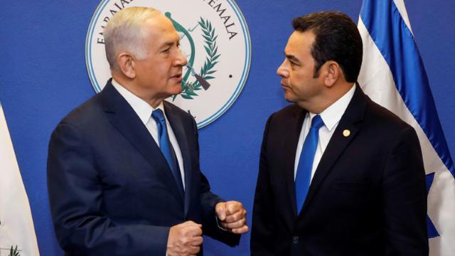 Le Premier ministre israélien Benjamin Netanyahu (à gauche) converse avec le président du Guatemala Jimmy Morales avant l'inauguration de l'ambassade du Guatemala, le 16 mai 2018 à Jérusalem [RONEN ZVULUN / POOL/AFP]