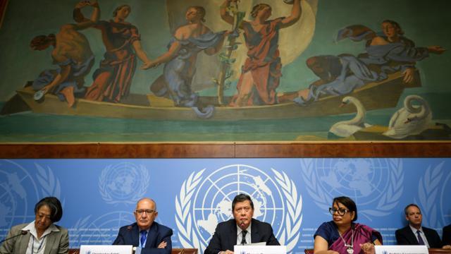 Les enquêteurs de l'ONU sur la situation des Rohingyas en Birmanie (2e à gauche) Christopher Sidoti, Marzuki Darusman (au centre) et Radhika Coomaraswamy (2e à droite) présentent leur rapport à Genève, le 27 août 2018 [Fabrice COFFRINI / AFP]