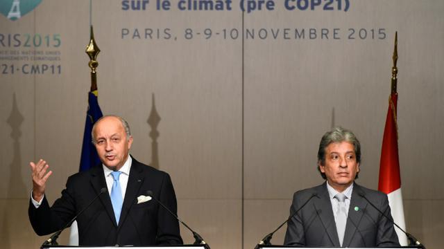 Le ministre français des Affaires étrangères Laurent Fabius (g) et le ministre péruvian de l'Environnement Manuel Pulgar-Vidal, le 8 novembre 2015 à Paris, lors d'une réunion de négociations sur le climat avant la COP21 [BERTRAND GUAY / AFP]