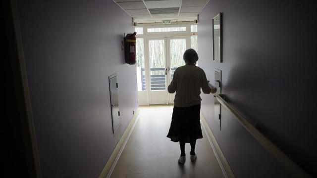 Une femme souffrant de la maladie d'Alzheimer marche dans le couloir d'une maison de retraite à Angervilliers, au sud-ouest de Paris, le 18 mars 2011 [Sebastien Bozon / AFP/Archives]