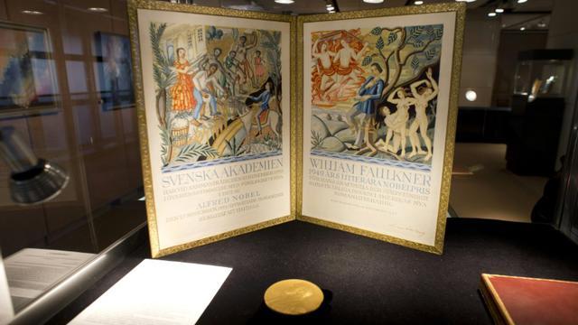 La médaille d'or du prix Nobel de Littérature reçu par l'écrivain William Faulkner en 1949 exposée chez Sotheby's avant une vente aux enchères, le 6 juin 2013 à New York [Don Emmert / AFP/Archives]