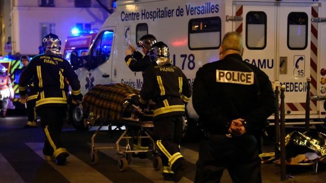Une personne blessée dans l'attaque du Bataclan évacuée par les pompiers le 14 novembre 2015 à Paris [DOMINIQUE FAGET / AFP/Archives]