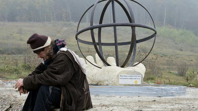 Sculpture d'une main tenant un globe de métal de 2 m de haut le 25 octobre 2015 à Lisle-sur-Tarn  [REMY GABALDA / AFP]