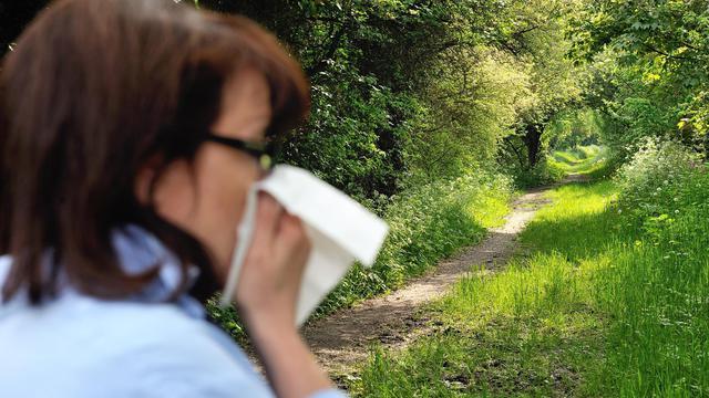 Une femme victime d'allergie le 18 mai 2013 à Godewaersvelde dans le nord de la France [Philippe Huguen / AFP/Archives]