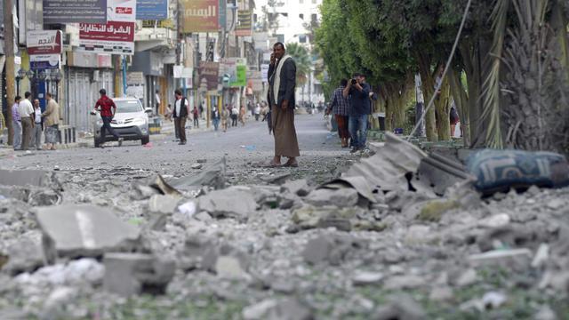 Un Yémenite au milieu des ruines de bâtiments après un raid de la coalition arabe sur un quartier de Sanaa, le 5 septembre 2015 [MOHAMMED HUWAIS / AFP]