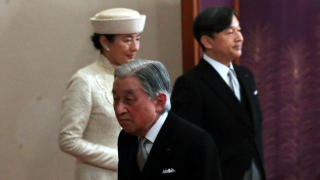 L'empereur Akihito (C) passe devant son successeur, son fils Naruhito (D) et l'épouse de ce dernier, Masako (G), à la fin de sa cérémonie d'abdication, le 30 avril 2019. [STR / Japan Pool/AFP]