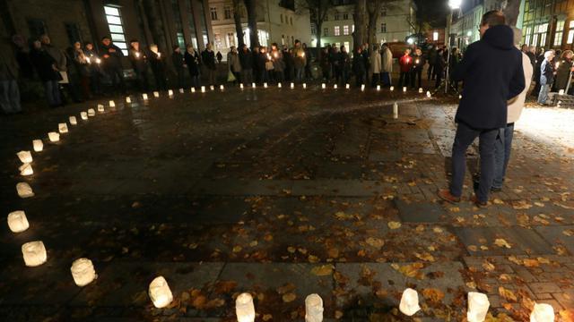 """Des bougies sont allumées pour commémorer le 80e anniversaire de la """"Nuit de cristal"""" sur le site d'une ancienne synagogue à Schwerin en Allemagne, le 8 novembre 2018 [Bernd WUESTNECK / dpa/AFP]"""