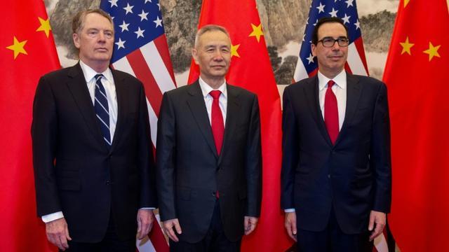 Le vice-premier ministre chinois Liu He (centre) pose avec le secrétaire américain au Trésor Steven Mnuchin (droite) et le représentant américain au Commerce Robert Lighthizer (gauche) à Pékin le 28 mars 2019. La Chine a annoncé lundi qu'elle augmenterait ses droits de douane sur 60 milliards de dollars produits américains [Nicolas ASFOURI, NICOLAS ASFOURI / AFP/Archives]