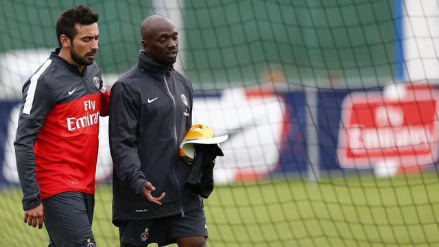 L'entraîneur adjoint du Paris SG, Claude Makelele (à droite), discute avec l'attaquant argentin Ezequiel Lavezzi (à gauche) lors d'un entraînement à Stegersbach, en Autriche, le 13 juillet 2012 [Alexander Klein / AFP]