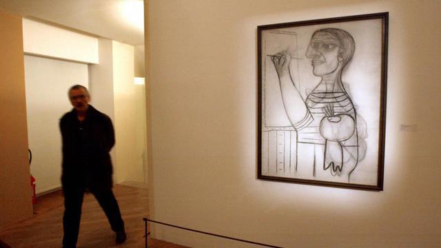 Une personne visite le Musée national Picasso, le 21 octobre 2003 à Paris [Eric Feferberg / AFP/Archives]