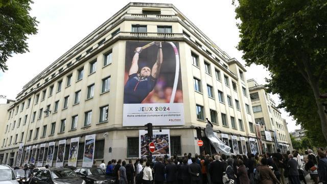 Une affiche mettant à l'honneur la candidature de Paris à l'organisation des JO-2024, le 23 juin 2015 à Paris [Miguel Medina / AFP/Archives]