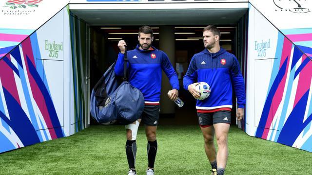 Les joueurs du XV de France Sébastien Tillous-Borde (g) et Rory Kockott arrivent à l'entraînement dans le stade de Twickenham, au sud-ouest de Londres, le 17 septembre 2015 [FRANCK FIFE / AFP/Archives]