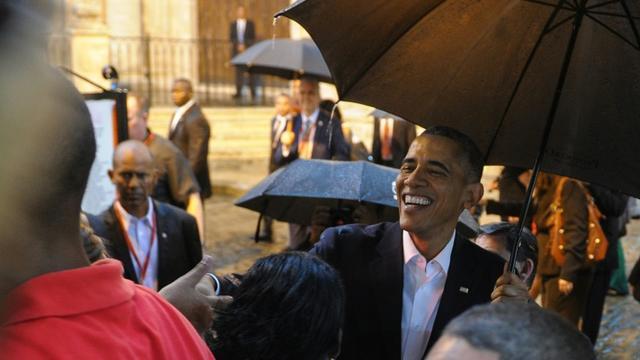 Barack Obama accueilli par des touristes et des Cubains à son arrivée le 20 mars 2016 à la cathédrale de La Havane [YAMIL LAGE / AFP]