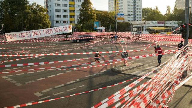 Des militants écologistes bloquent le trafic automobile sur le pont Jannowitz à Berlin le 20 septembre 2019 [AXEL SCHMIDT / AFP]