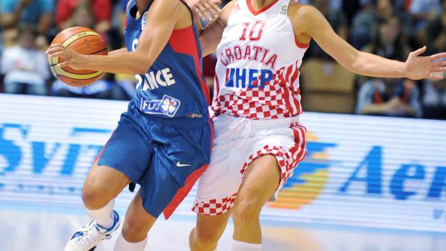 La Française Edwige Lawson (gauche) au duel avec la Croate Iva Giclar lors du premier match du deuxième tour de l'Euro-2013 de basket à Mouilleron-le-Captif, le 19 juin 2013 [Frank Perry / AFP]