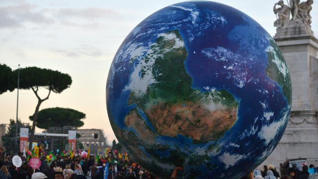Des manifestants en faveur du climat portent un globe géant à Rome, le 29 novembre 2015 [TIZIANA FABI / AFP]