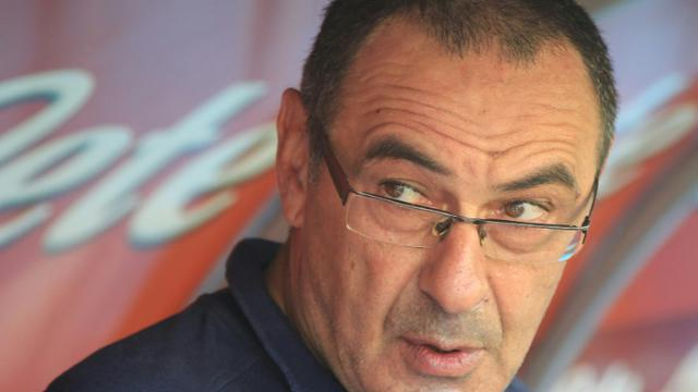 L'Italien Maurizio Sarri, alors entraîneur de Naples, suit le match face à Crotone en Serie A, le 20 mai 2018 à Naples [CARLO HERMANN / AFP]