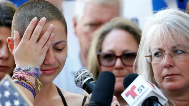 Emma Gonzalez, élève du lycée de Floride frappé par le tuerie, pendant son discours interpellant Donald Trump lors d'un rassemblement contre les armes à Fort Lauderdale le 17 février 2018  [RHONA WISE / AFP]