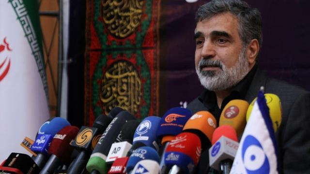 Photo fournie par l'Organisation iranienne de l'énergie atomique (OIEA) montrant son porte-parole Behrouz Kamalvandi annoncer le 7 septembre 2019 devant la presse à Téhéran de nouvelles mesures dans le cadre d'une réduction des engagements de l'Iran en matière de nucléaire [- / Atomic Energy Organization of Iran/AFP]