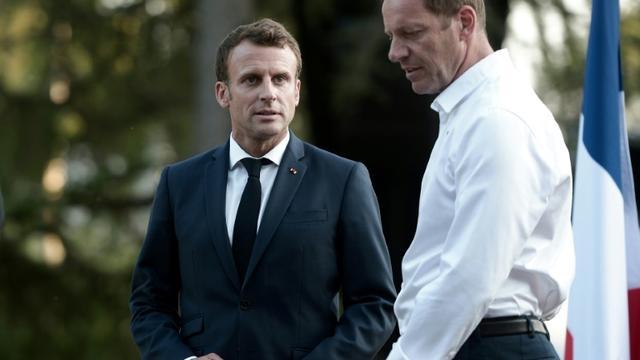 Le chef de l'Etat Emmanuel Macron (g) et le directeur du Tour de France Christian Prudhomme lors de la cérémonie pour le 100e anniversaire de la Grande Boucle, le 19 juillet 2019 à Pau [IROZ GAIZKA / AFP]