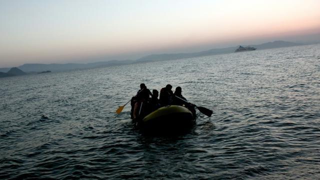 Des migrants arrivent sur l'île grecque de Kos sur un petit bateau pneumatique, le 19 août 2015 [Angelos TZORTZINIS / AFP/Archives]