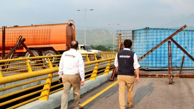 Photo fournie le 5 février 2019 par les services de l'immigration colombiens montrant le pont de Tienditas, qui relie Cucuta (Colombie) à Urena (Venezuela), barré par un camion-citerne et un conteneur [Handout / Colombian Migration Office/AFP]