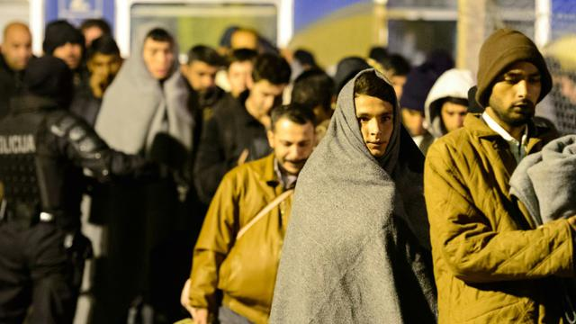 Des migrants arrivent à Sentilj le 4 novembre 2015 [Jure Makovec / AFP]