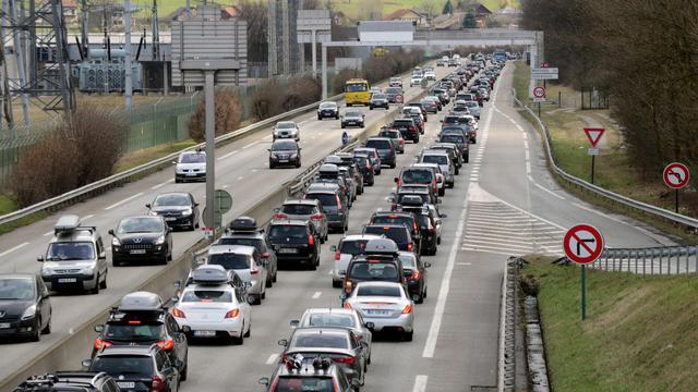 La circulation routière est classée rouge samedi dans le sens des départs et des retours, et même noire en Méditerranée, selon les prévisions de Bison futé, pour le chassé-croisé du 15 août [Jean-Pierre Clatot / AFP]