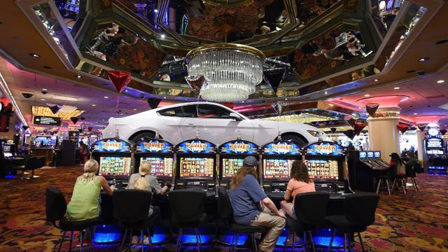 Photo d'illustration de machines à sous dans un casino de Las Vegas en 2015 [Ethan Miller / GETTY IMAGES NORTH AMERICA/AFP]