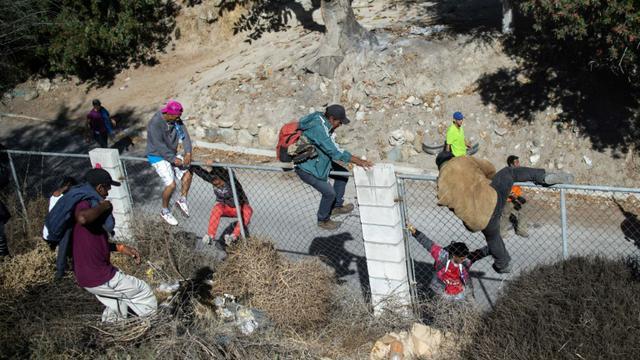 Des migrants d'Amérique centrale tentent de traverser la frontière américaine à Tijuana le dimanche 25 novembre 2018 [Pedro PARDO / AFP]