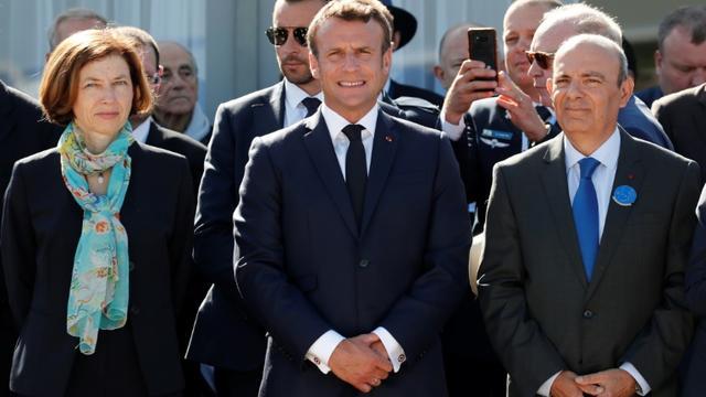 Le président Emmanuel Macron, en compagnie de la ministre des Armées Florence Parly et du patron de Dassault Aviation Eric Trappier, au salon du Bourget le 17 juin 2019  [BENOIT TESSIER / POOL/AFP]