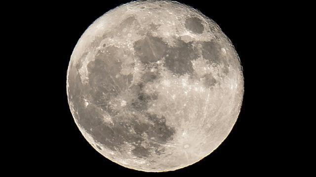 """Les premiers """"touristes"""" du voyage autour de la Lune que la société américaine SpaceX annonce pour fin 2018 vont tester un nouveau type de périple, plus que particulier. [Daniel LEAL-OLIVAS / AFP/Archives]"""