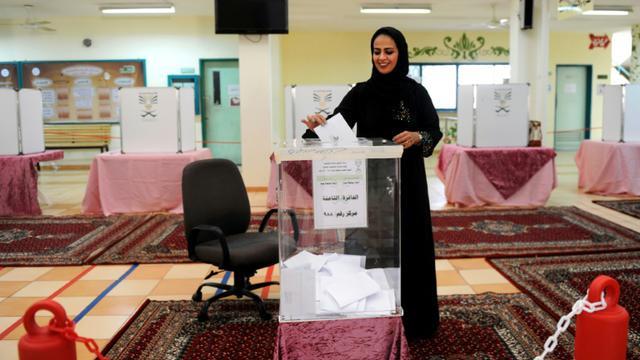 Une Saoudienne dépose son bulletin dans l'urne dans un bureau de vote à Jeddah, le 12 décembre 2015 [- / AFP]
