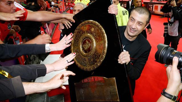 Le président du RC Toulon Mourad Boudjellal tenant le Bouclier de Brennus après la victoire de son équipe face au Castres Olympique en finale du Top 14 au Stade de France, le 31 mai 2014 [Thomas Samson / AFP]