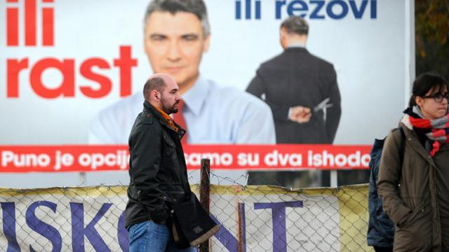 Une affiche électorale pour le leader du Parti social démocrate Zoran Milanovic à Zagreb le 6 novembre 2015 [ / AFP]