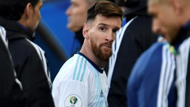Lionel Messi, le capitaine de l'équipe d'Argentine, quitte le terrain après son expulsion lors du match pour la troisième place de la Copa America face au Chili, le 6 juillet 2019 à Sao Paulo [Douglas MAGNO / AFP/Archives]