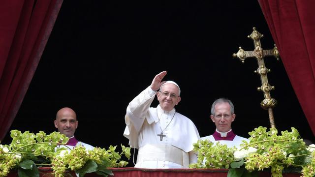 """Le pape François pour la traditionnelle bénédiction """"Urbi et Orbi"""" de Pâques, le 1er avril 2018 à Rome [Andreas SOLARO / AFP]"""