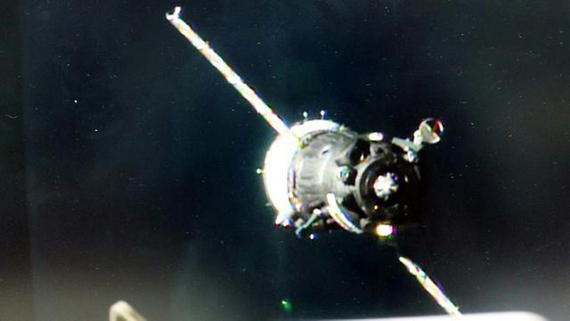 Image fournie le 19 novembre 2016 par la NASA et prise depuis une caméra à bord de la la Station spatiale internationale (ISS) avant l'amarrage de la capsule Soyouz au module Rassvet [ / NASA TV/AFP]