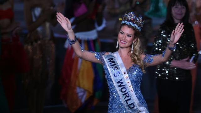 La mannequin espagnole Mireia Lalaguna couronnée Miss Monde le 19 décembre 2015 au cours de la 65e édition du concours de beauté, organisé à Sanya (sud de la Chine) [JOHANNES EISELE / AFP]