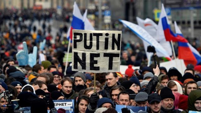 """Des milliers de personnes manifestent à Moscou contre une loi pour """"isoler"""" Internet, le 10 mars 2019 [Alexander NEMENOV / AFP]"""