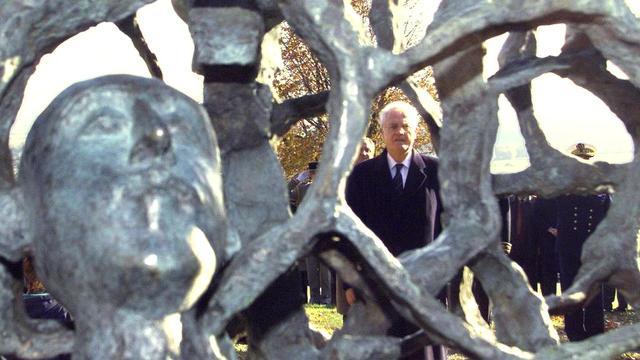 Lionel Jospin, alors Premier ministre, inaugure le 5 novembre 1998 la sculpture de l'artiste français Haïm Kern, réalisée en hommage aux soldats tombés au Chemin des Dames [Eric Cabanis / AFP/Archives]