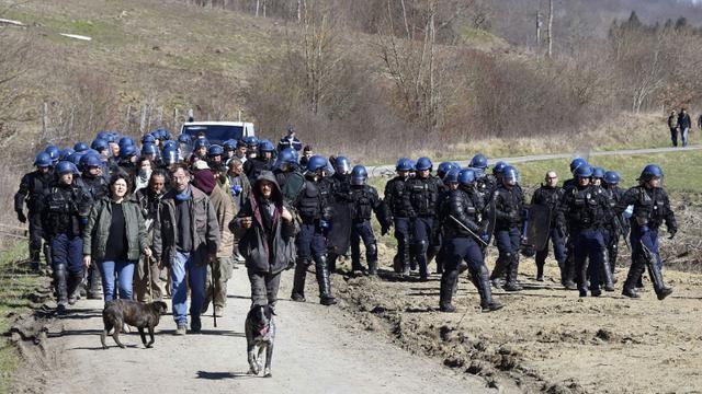 Des gendarmes évacuent des opposants au barrage de Sivens (Tarn), le 6 mars 2015  [PASCAL PAVANI / AFP/Archives]